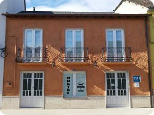 La fachada del hostal rehabilitada adobe y madera nueva